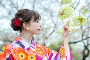 花柄の着物を着用した女性