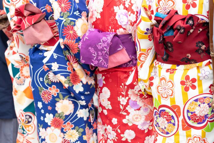 彩が鮮やかな複数の着物