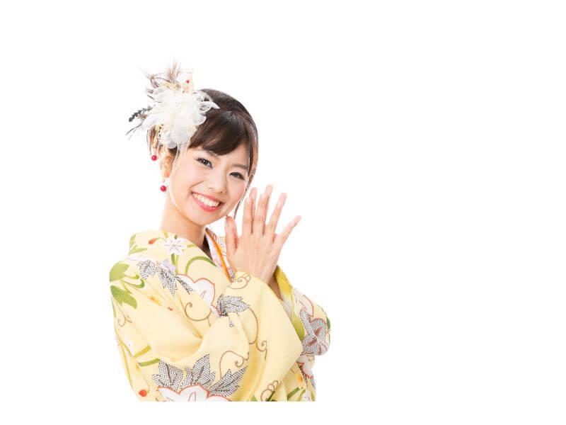 黄色い振袖を着た笑顔の女性