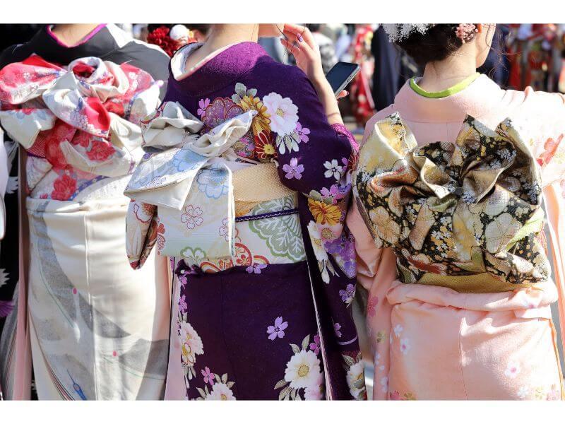 成人式に振袖を着た女性3名