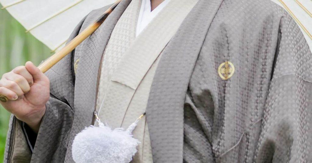 グレーの羽織を着た男性