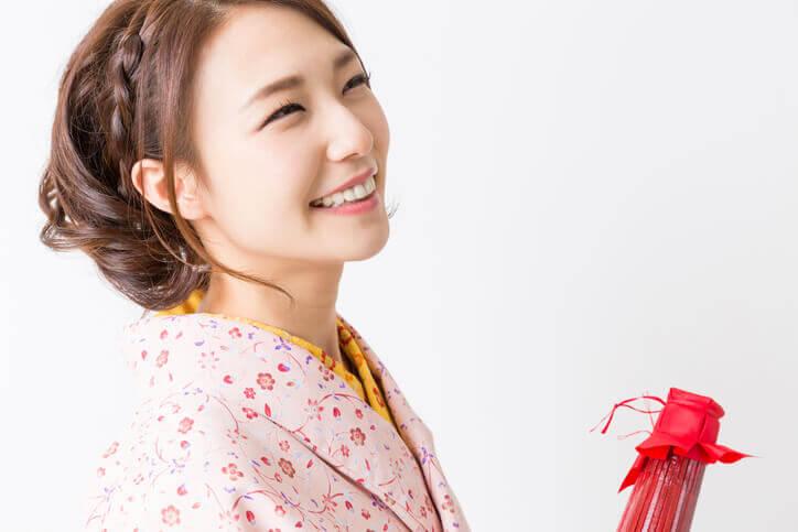 小紋を着た笑顔の女性